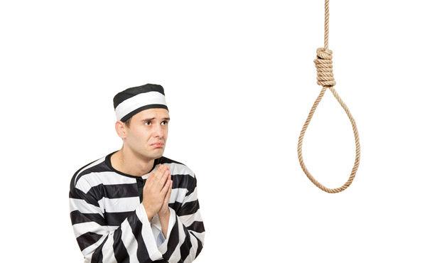 صور حكم قاضي على مجرم بالاعدام فعلق على عنقه لوحه مكتوب عليها الافراج عنه مستحيل