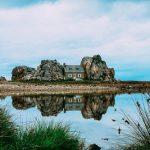 منزل بين الصخور
