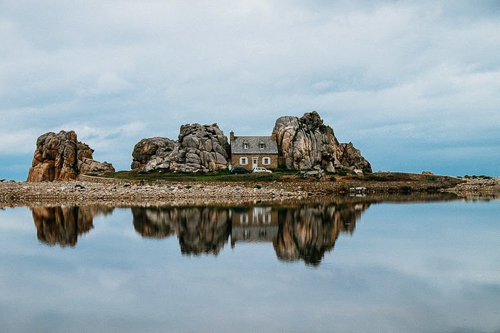 صورة منزل بين الصخور