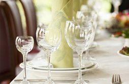 صور يجلس على طاولة يشرب بها الخمر