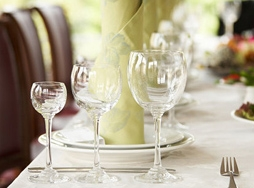 يجلس على طاولة يشرب بها الخمر