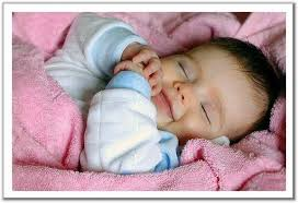 صور لماذا يضحك الرضيع وهو نائم