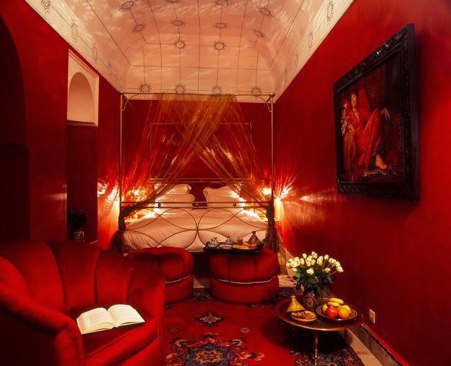 صورة غرف نوم باللون الاحمر